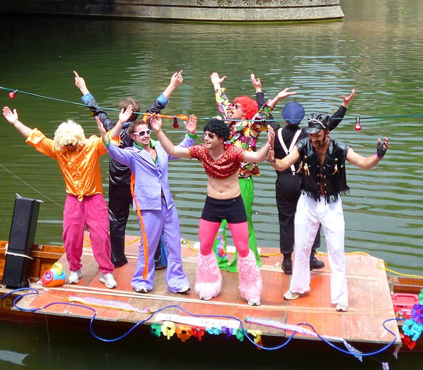 Kostümparade  beim Stocherkahnrennen