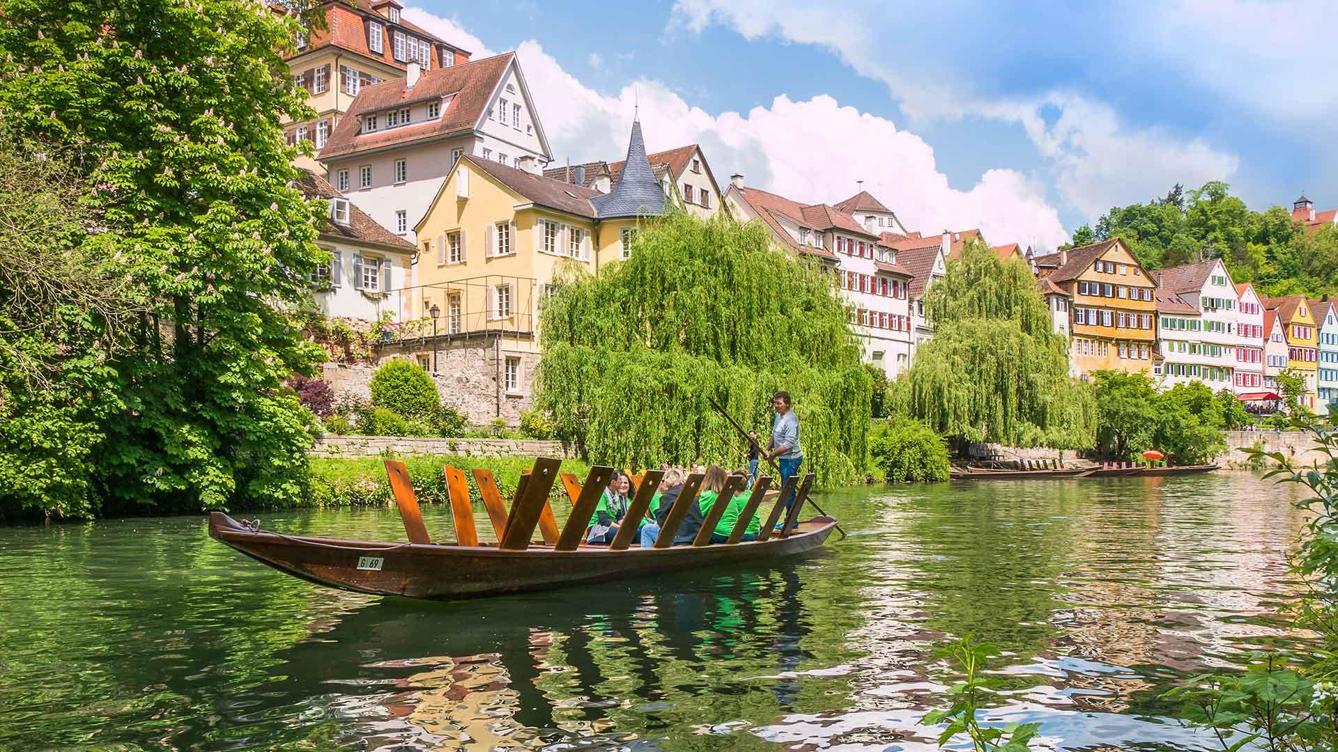 Stocherkahnfahrt vor der Tübinger Neckarfront
