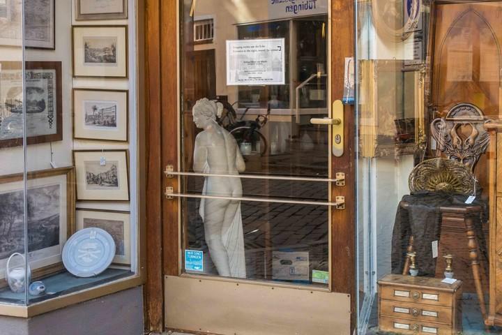 Schaufenster mit Antiquitäten in Tübingen