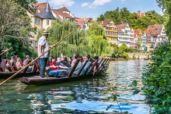 Herrliche Stocherkahnfahrt entlang der Neckarfront