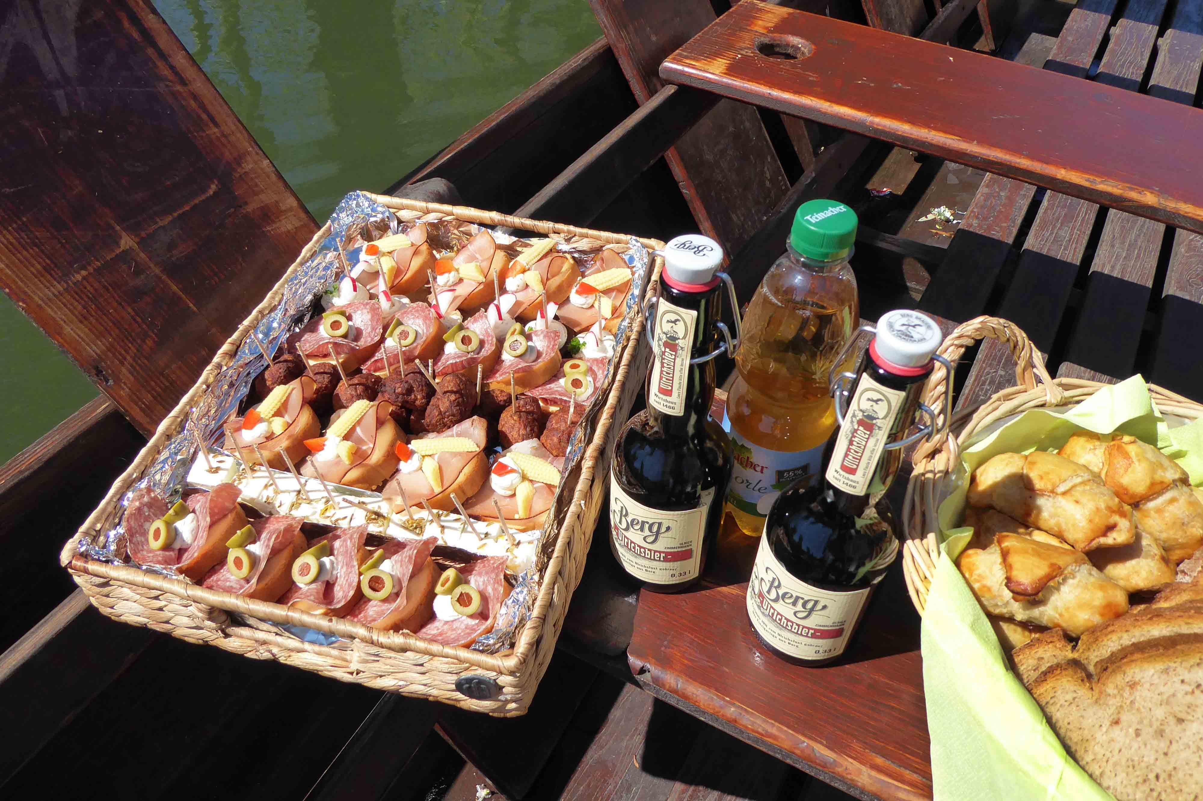 Stocherkahnfahren mit Essen und Trinken