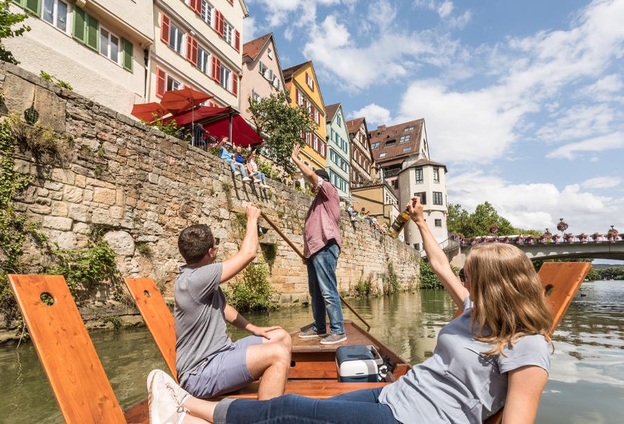 Fröhliche Stocherkahnfahrt auf dem Neckar