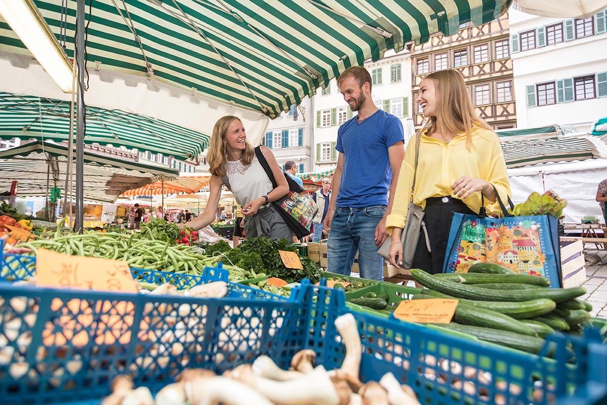 Wochenmarkt auf dem Marktplatz in Tübingen