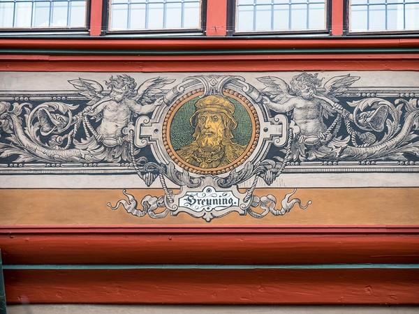 Conrad Breuning an der Fassade des Tübinger Rathauses