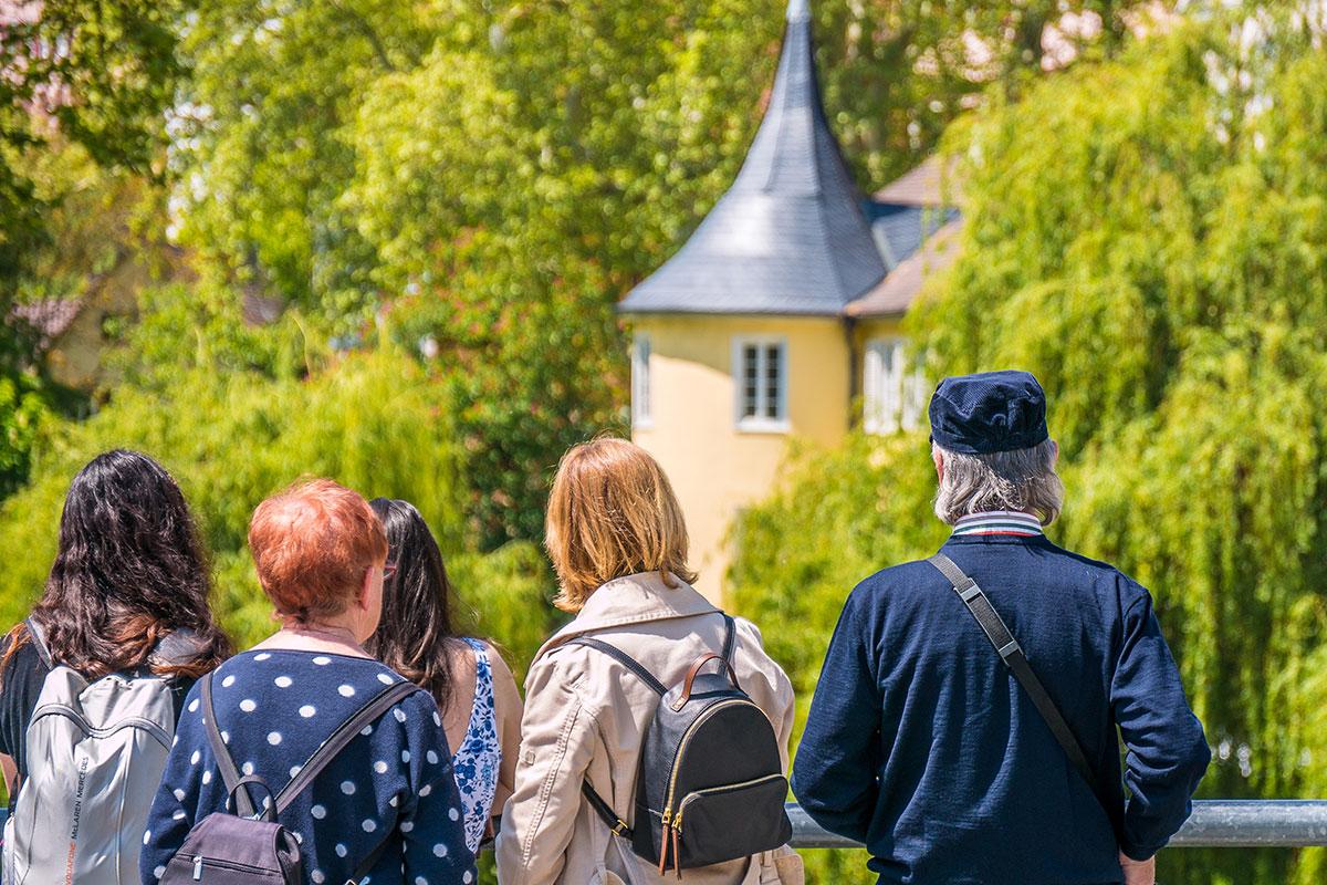 Tübingenbesucher vor Hölderlinturm